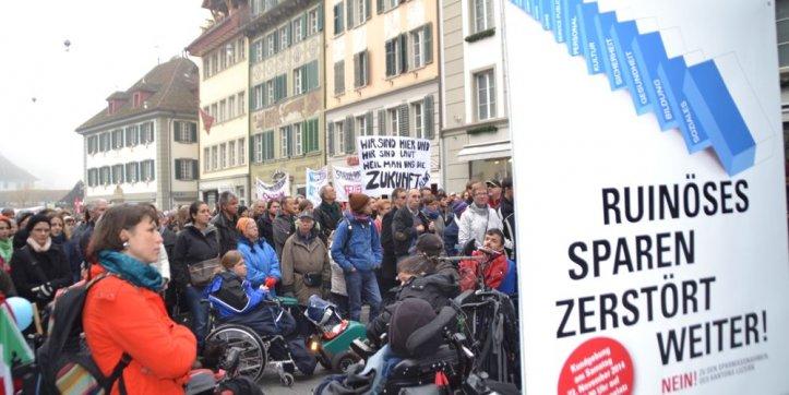 Sparen ist im Kanton Luzern mittlerweile ein Dauerthema. Hier ein Bild einer Demonstration der «Allianz gegen ruinöses Sparen» auf dem Mühleplatz im Jahr 2014.
