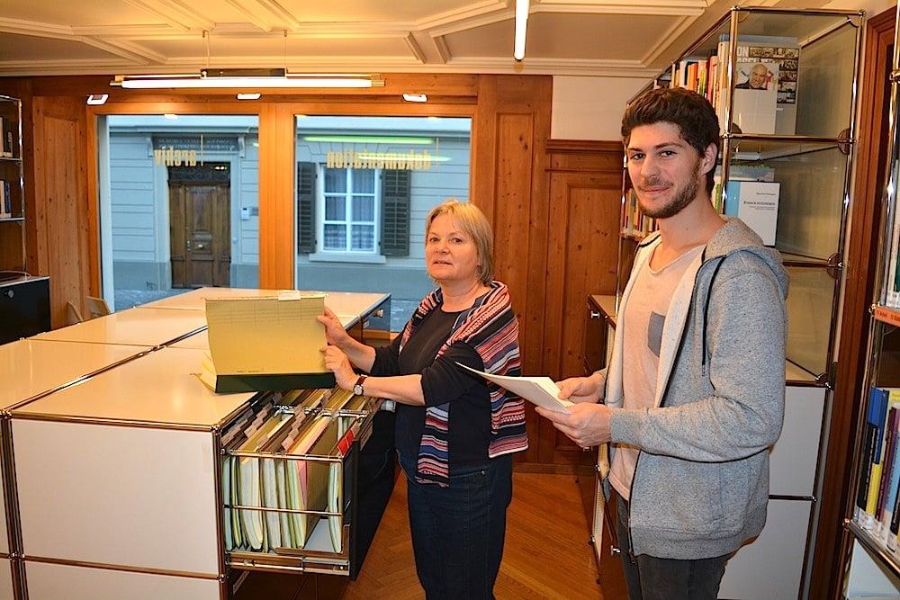 «Doku Zug»-Geschäftsführerin Sybilla Schmid Bollinger im Archivraum, wo die Dossiers abgelegt sind, rechts Praktikant Luzian Franzini. Der junge Zuger wurde kürzlich zum Co-Präsidenten der Jungen Grünen Schweiz gewählt.