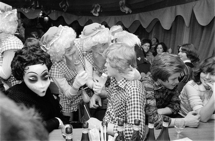 Eine Gruppe maskierter Frauen schnappt sich einen nicht maskierten Jüngling. (Bild: Emanuel Ammon/AURA)