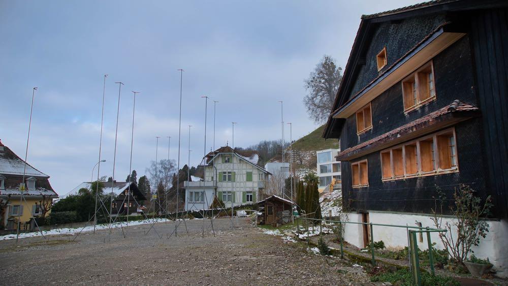 Der Bauplatz für das Personal- und Appartementhaus. Rechts das geschützte Bauernhaus.