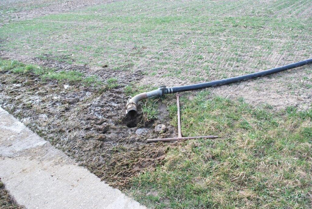 Fehler bei einer Schlauchverbindung: Gülle läuft ungehindert in den Boden.