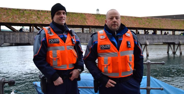 Zwar im Dienst, aber amüsiert: Zwei Polizisten der Luzerner Polizei.