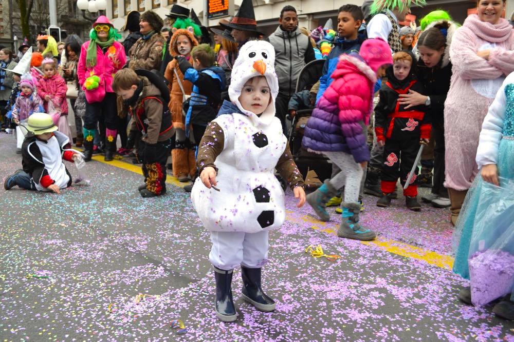 Daniel (2) aus Luzern ist als Schneemann Olaf unterwegs.