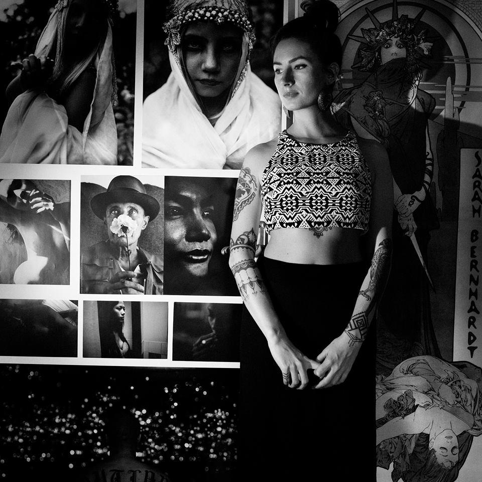 Ein Selbstporträt der Fotografin vor ihren Bildern