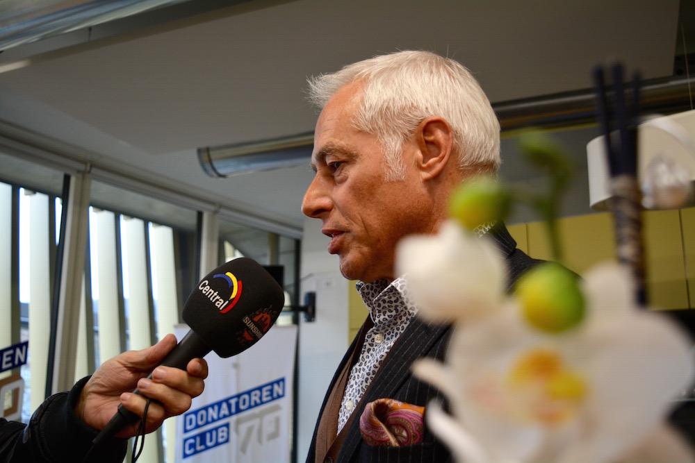 FCL-Präsident Ruedi Stäger gibt den Journalisten nach der Pressekonferenz Interviews.