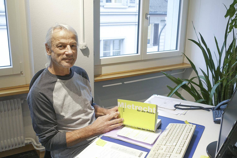 Hinter seiner «Bibel»: Beat Wicki an seinem Nocharbeitsplatz.