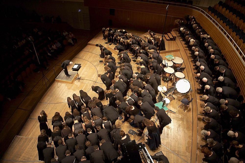 Ein Chor verneigt sich im Kunst- und Kongresshaus Luzern. (Bild: Gabriel Ammon/AURA)