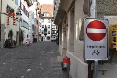 Menschenleere Altstadtgassen. Den Velofahrer freuts.