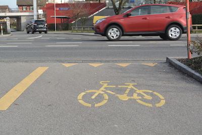 Eine heikle Strassenkreuzung. Besser absteigen?