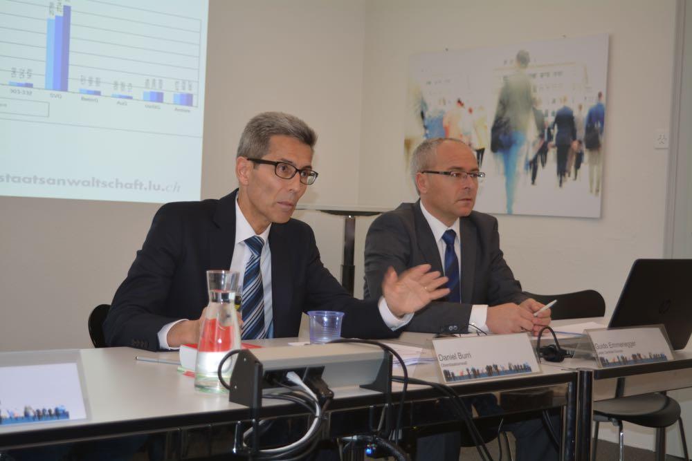 Oberstaatsanwalt Burri (links) mahnt an der Medienkonferenz vom Dienstag, dass die Zahlen nicht überinterpretiert werden sollen. Rechts im Bild: Guido Emmenegger, Leiter Zentrale Dienste. (Bild: azi)