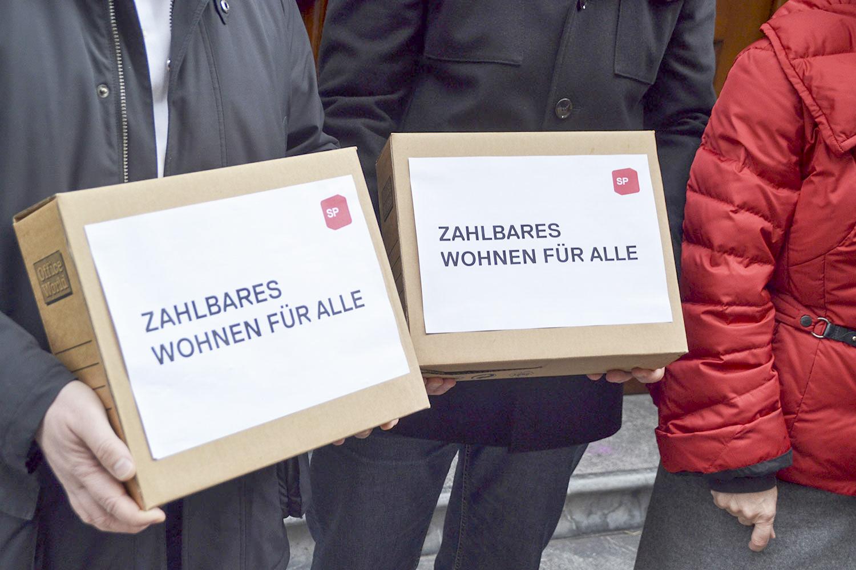 Unterschriftenboxen für «zahlbares Wohnen für alle».