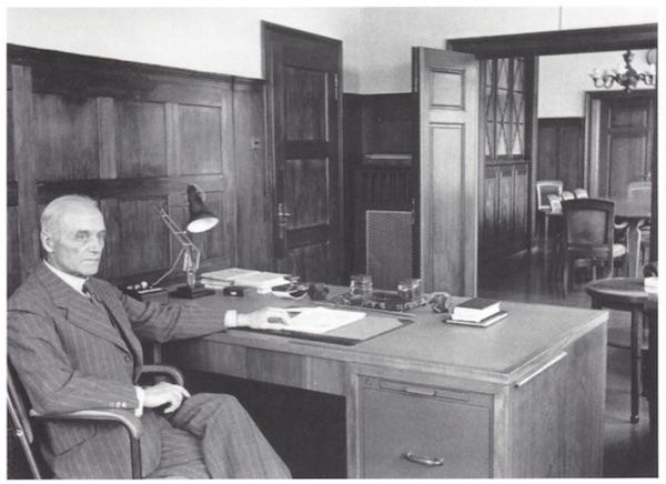 Karl Heinrich Gyr in seinem Büro im Theilerhaus. Hinten das Sitzungszimmer, 1943. (Familienarchiv Gyr-Schlueter)