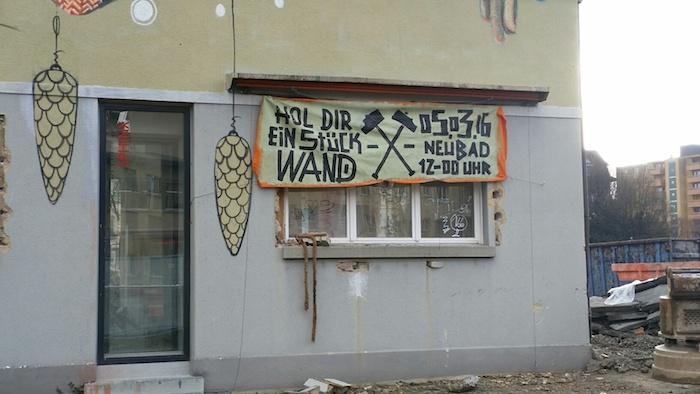 An der Fassade informiert ein Transparent über die Aktion. (Bild: lwo)