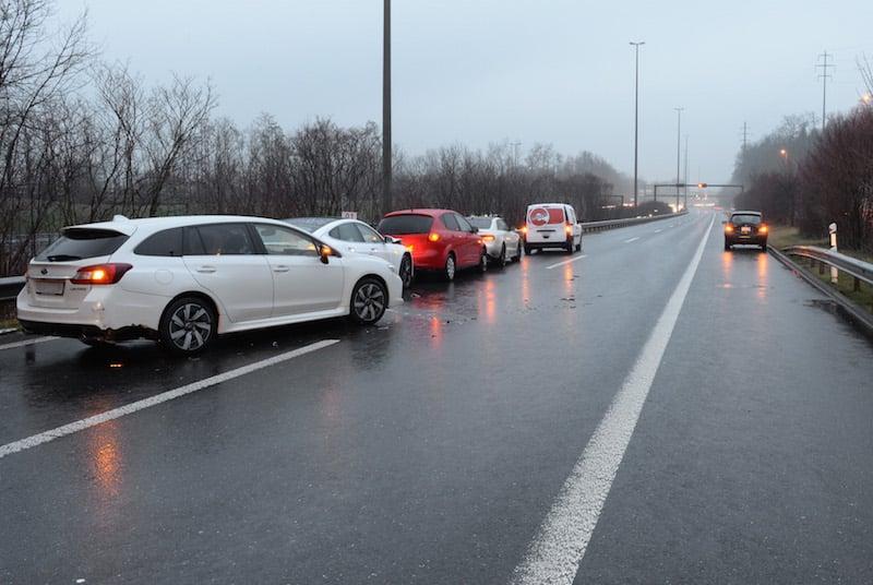 In Fahrtrichtung Zug ereigneten sich bei stockendem Kolonnenverkehr zwei Auffahrunfälle. (Bild: Luzerner Polizei)