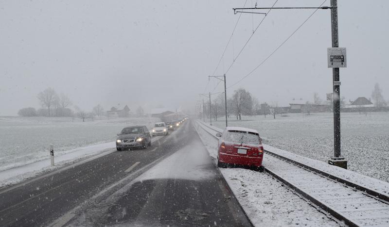 Ein auf der Hauptstrasse Richtung Ballwil fahrendes Auto ist von der Strasse abgekommen und kam auf dem Bahntrassee der Eisenbahnlinie Seetal zum Stillstand. (Bild: Luzerner Polizei)
