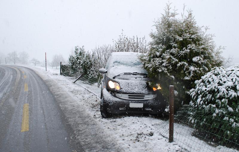 In Ottenhusen kam der Personenwagen von der Strasse ab und kollidierte mit einem Gartenzaun. (Bild: Luzerner Polizei)