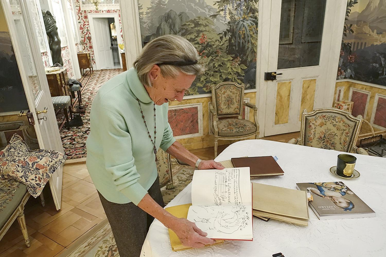 Onkel Hans hat sie alle gezeichnet: Ursula Jones blättert in den Gästebüchern ihrer Eltern. (Bild: jwy)