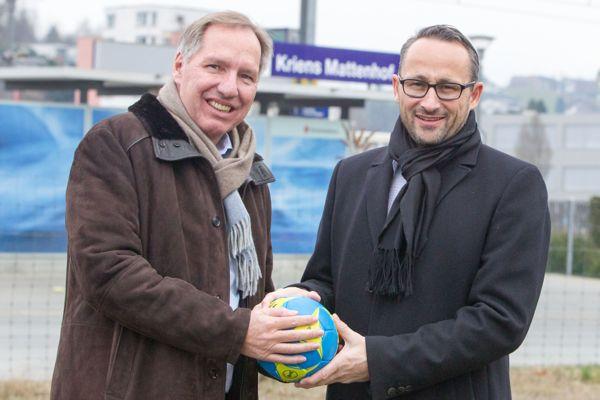 Toni Bucher, Verwaltungsratspräsident der Eberli Sarnen AG, und Nick Christen, CEO des HC Kriens, freuen sich über das Resultat.