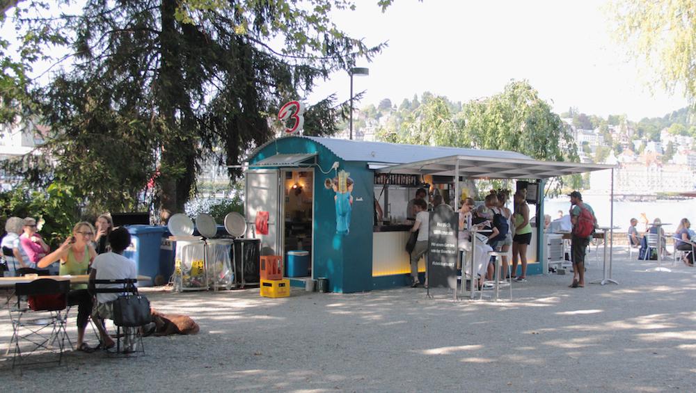Die Sommerbar «Buvette»steht jährlich seit 2008 beim Inseli.