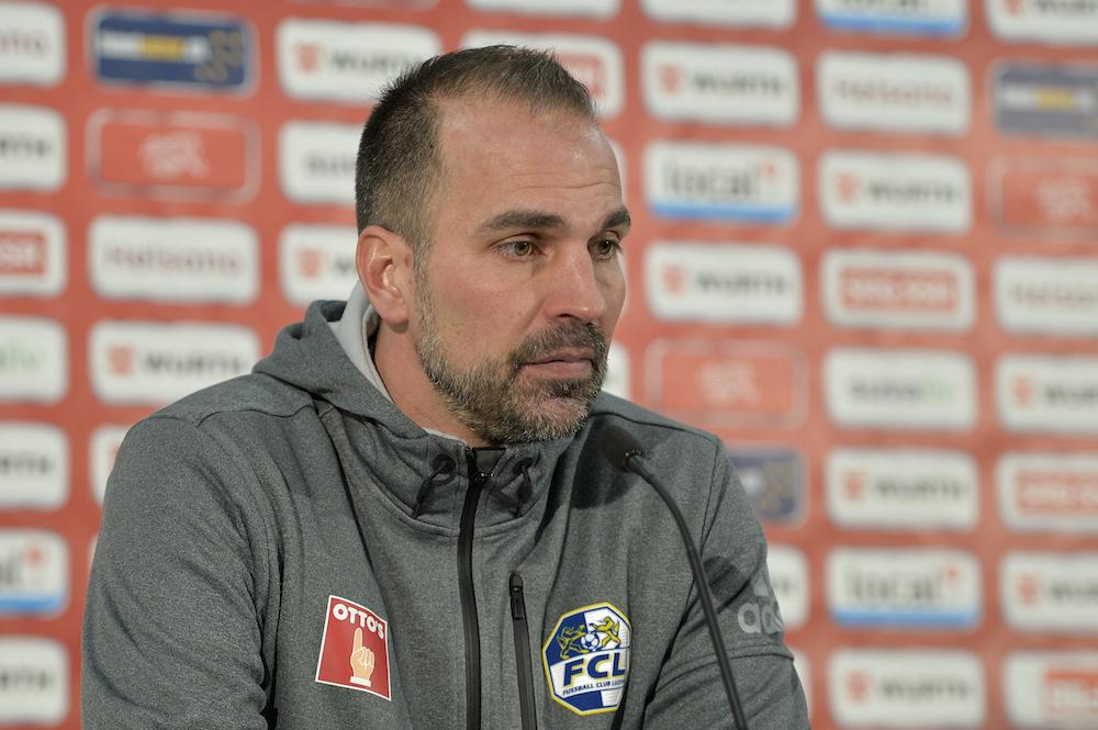 Medienkonferenz nach dem Cup-Spiel: Man sieht Markus Babbel die Belastung an.