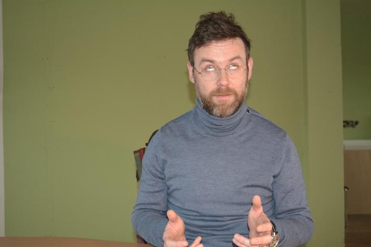 Nik Hartmann als SRG-Direktor Roger de Weck. Was er damit über seinen Chef aussagen möchte, sei dahingestellt.