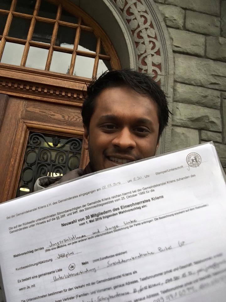 Juso-Einwohnerrat Yasi Manoharan beim Einreichen der Liste