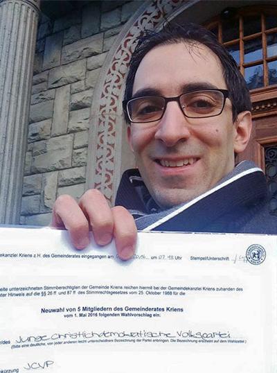 Selfies vor dem Gemeindehaus sind in: Auch JCVP-Einwohnerrat Davide Piras hat sich beim Einreichen der Liste fotografiert.