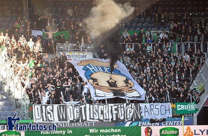Nachdem die Choreo der St. Galler Fans abgeschlossen war, landeten die Rauchpetarden auf dem Spielfeld. (Bild: fan-fotos.ch)