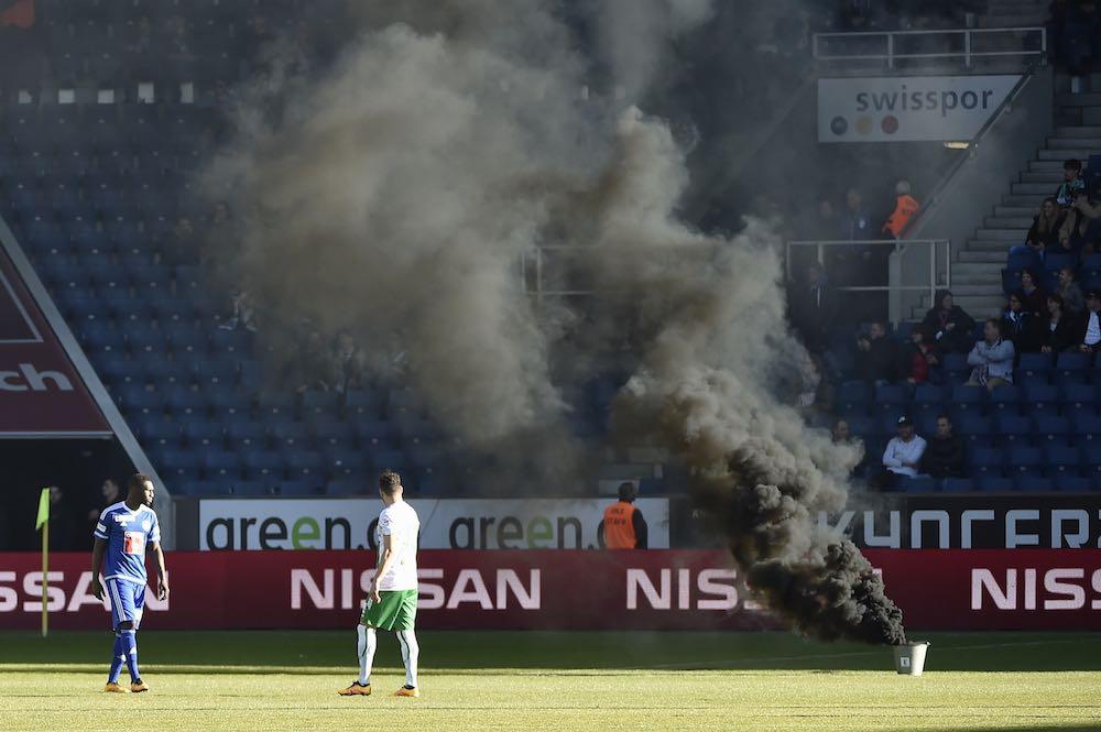 Rauchpetarden führten dazu, dass das Spiel zwischen dem FCL und dem FC St. Gallen unterbrochen werden musste. (Bild: meienberger-photo.ch)