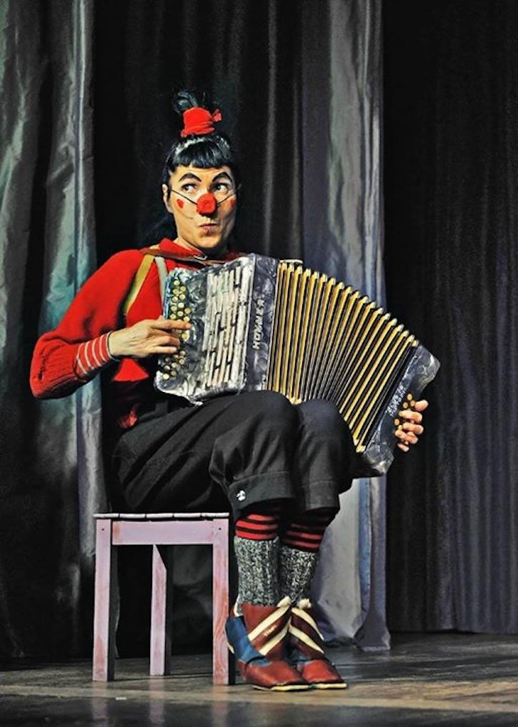 Clown Gerta auf der Bühne.