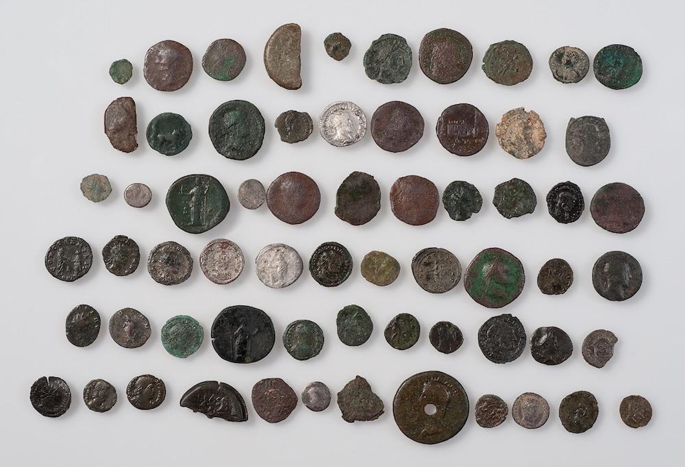 Abb. Aebnetwald: Teils bei Ausgrabungen, teils bei der Prospektion mit dem Metalldetektor wurden im Kiesabbaugebiet etwa 85 römische Münzen entdeckt. Die meisten lagen in einem Umkreis von 20 auf 24 Meter.