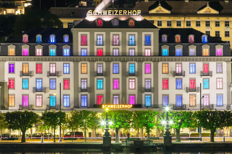 Die Fenster des Anstosses: das farbige Hotel Schweizerhof.