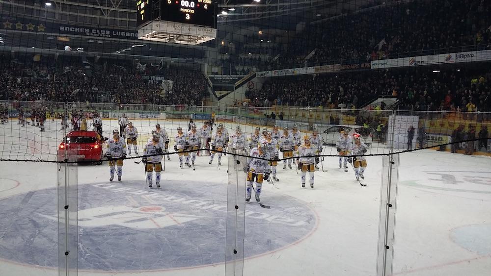 Der letzte Abschied auf dem Eis: Die EVZ-Spieler.