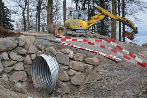 Zugerberg-Trail: Ein Bagger ist am Werk bei der Tunnel-Unterführung.