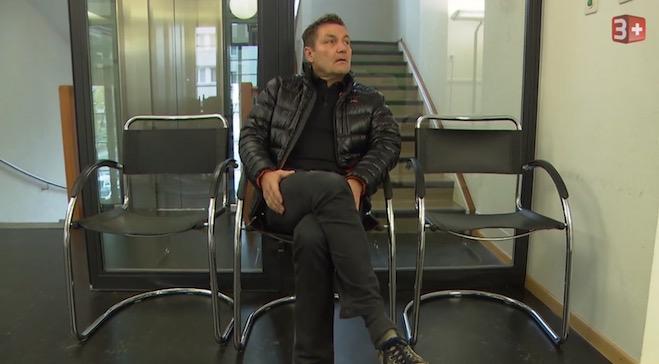 Der Restauranttester Daniel Bumann wartet im Krienser Gemeindehaus auf Gemeinderätin Judith Luthiger. (Bild: Printscreen 3+)