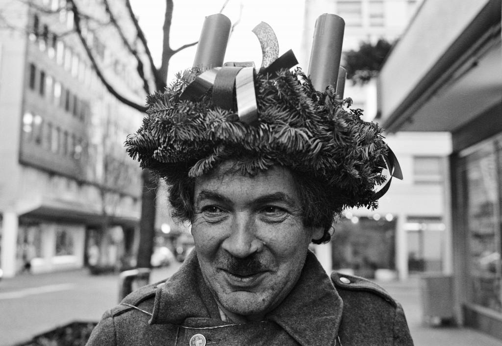 Emil Manser zu Weihnachtszeit mit einem Adventskranz als Hut.