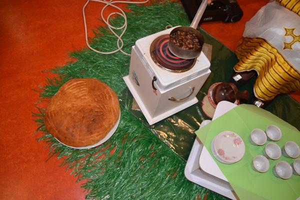 Der Kaffee wird zuerst geröstet. Zum Kaffee gibt es eine Art Hefekuchen.