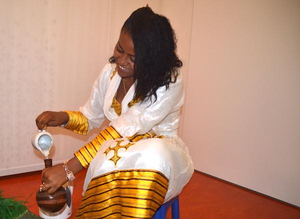 Selams Schwester beim Zubereiten des Kaffees.