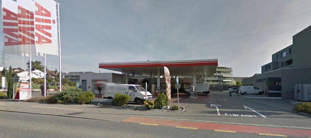 Diese Avia-Tankstelle an der Bertiswilstrasse in Rothenburg wurde am Sonntagabend überfallen. (Bild: Google Maps)