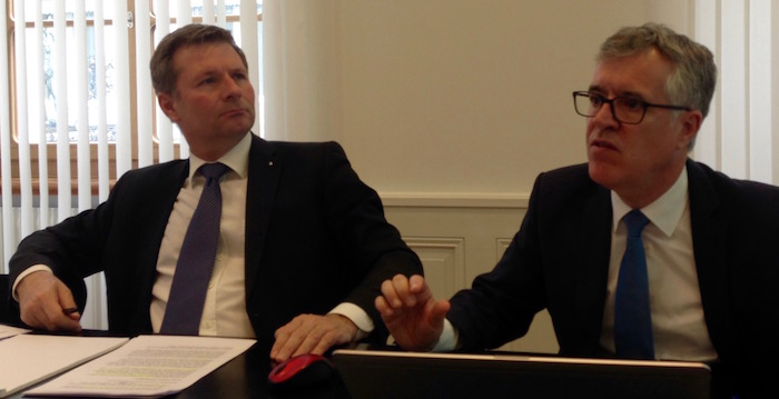 Der Dienststellenleiter Finanzen, Hansjörg Kaufmann (links), erklärt die Finanzlage, Finanzdirektor Marcel Schwerzmann freut sich über den erfolgreichen Abschluss.
