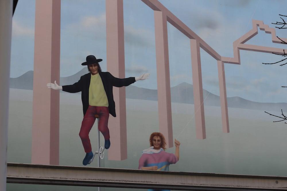 Der Mann auf dem Einrad schwebt beinahe an einer Luzerner Fassade in der Buobenmattpassage.