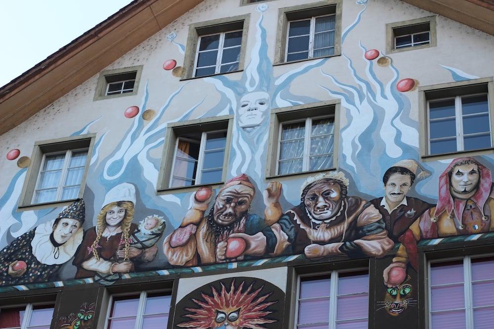 Das Fritischigebäude etwa erzählt von der Luzerner Fasnacht.