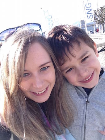 Daniela (26) mit ihrem Sohn S. (6).