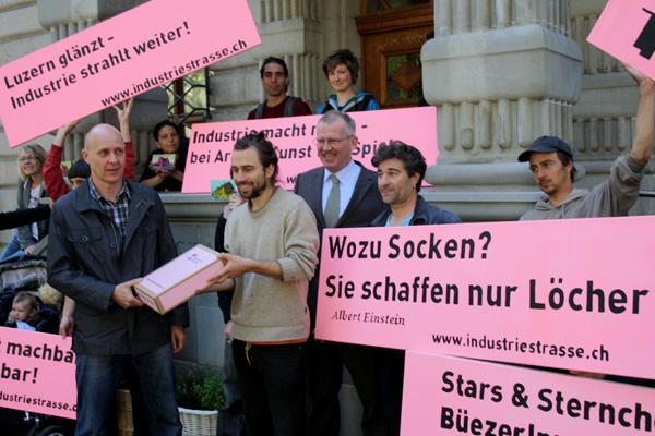 Die IG Industriestrasse übergibt im Mai 2012 die gesammelten Unterschriften für ihre Initiative..
