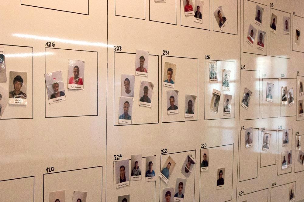 Gleich beim Eingang sind die Portraits aller UMA aufgehängt. Verlässt ein UMA die Unterkunft, entfernt er sein Bild von der Wand.