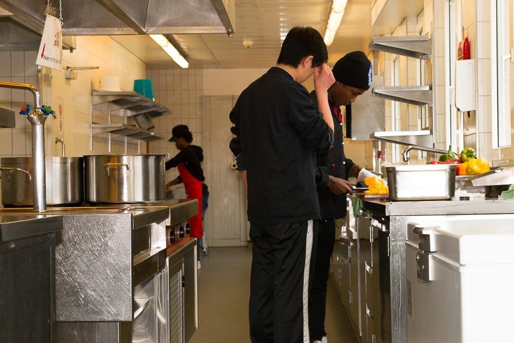 Die UMA helfen dem Koch im Pilatusblick beim Zubereiten des Mittagessen. Für ihre Arbeit erhalten sie drei Franken pro Stunde.