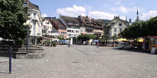 Der Zuger Landsgemeindeplatz: Viele Gastrobetriebe laden zum Verweilen ein.
