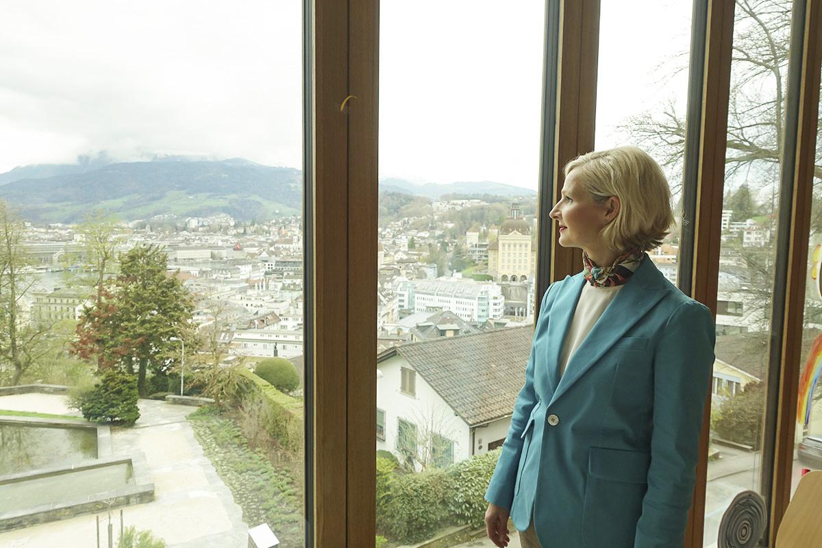 «Ein Ort mit Weitsicht»: Stadträtin Manuela Jost im Neubau des Schulhauses Felsberg.