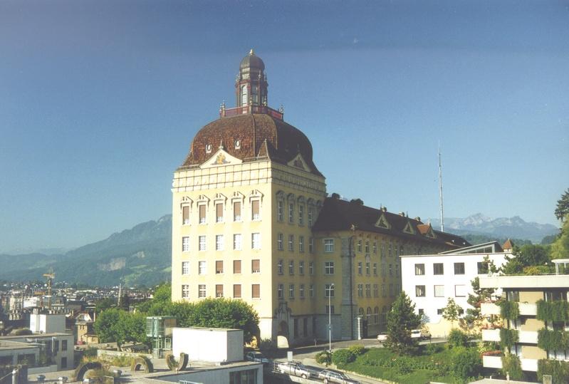 Der Hauptsitz der Suva an der Luzerner Fluhmattstrasse: 1914 erbaut, wurde das Gebäude zuerst als Armee-Spital für internierte ausländische Kriegsgefangene zweckentfremdet.