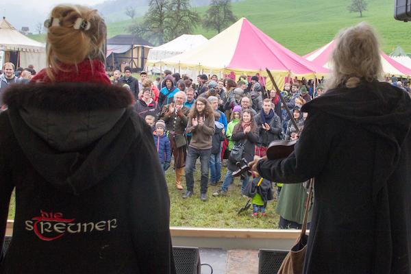 Die deutsche Musikgruppe Streuler spielt auf.